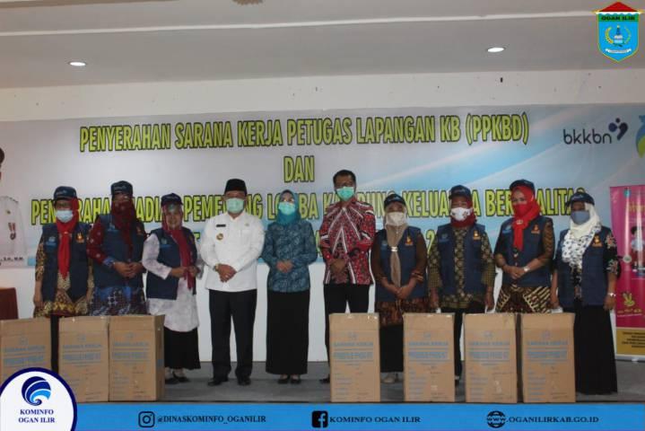 Penyerahan Sarana Kerja Petugas Lapangan KB dan Penyerahan Hadiah Pemenang Lomba Kampung Keluarga Berkualitas
