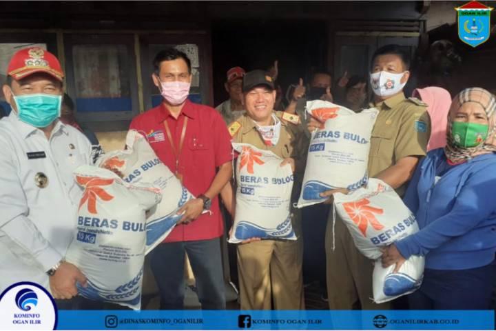 Bupati OI Salurkan Sembako Dari Kementerian Sosial RI Untuk Warga Yang Terdampak Covid-19